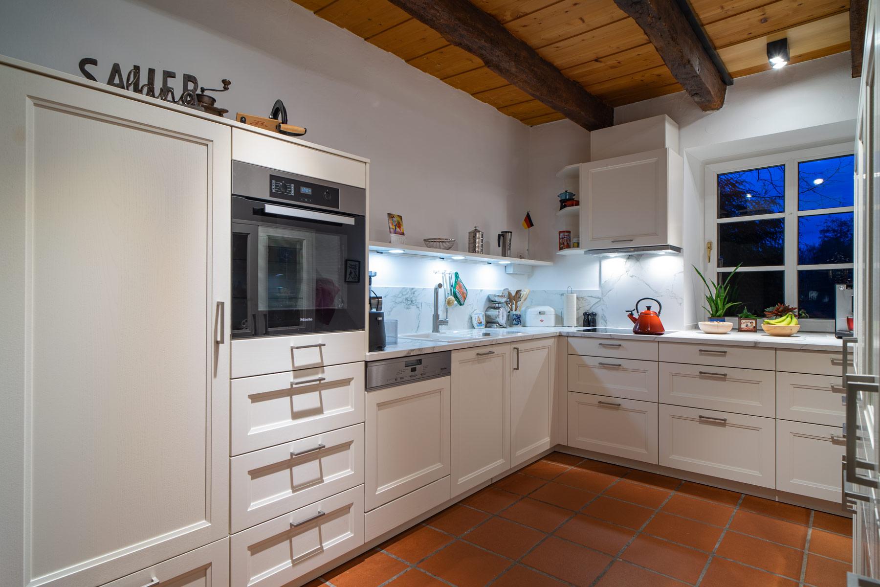 Traditionell eingerichtete Küche eines Landhauses in Schmallenberg